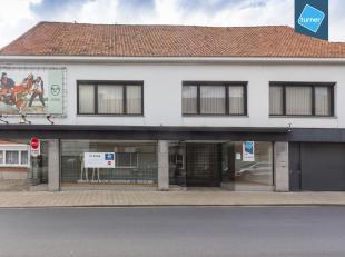 Commercieel gelijkvloers van ca. 350m² met ruime woning, grote tuin en garage op de Plaats van Ledegem.<br /> <br /> Veel parking in de buurt.<br