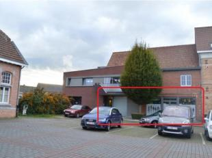 Volledig vernieuwd appartement te huur te Vlamertinge. Volledig gelegen op het gelijkvloers. Geen syndickosten! Het appartement bestaat uit:<br /> <br