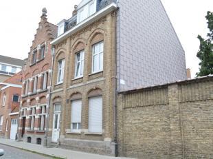 Gezellig appartement met 1 slaapkamer gelegen in een rustig straatje met centrale ligging tussen station en Grote Markt van Ieper. Het appartement bes