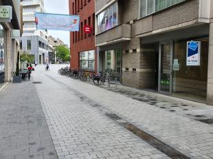 Handelspand van ca. 140m² in het centrum van Kortrijk. Het handelspand is gelegen nabij het winkelcentrum K in Kortrijk en de Veemarkt. De nabijg