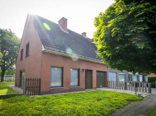 Op een grondoppervlakte van 463 m² vinden we deze halfopen bebouwing met 3 slaapkamers te koop. Rustig gelegen nabij het centrum van Ieper en vla