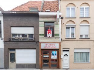 Te renoveren handelspand van ca. 294m² te koop in het centrum van Kortrijk. Dit handelspand werd voormalig gebruikt als drukkerij, maar kan ook v