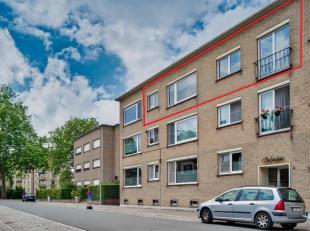 Aangenaam appartement te koop te Kristus Koning, Kanunnik Van Hoonackerstraat met kelderberging en garage. Nabij invalswegen, winkels en het Graaf Vis