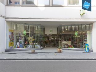 Gelijkvloerse winkel te koop op het Buda-eiland van Kortrijk.<br /> <br /> Betreft:<br /> - gelijkvloers handelspand met een totale oppervlakte van ca