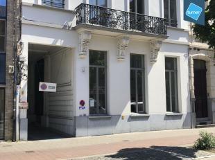 Dit kantoor geniet een gunstige ligging dichtbij het station Gent Sint-Pieters en de kleine ring. Het kan ingericht worden als kantoor of praktijk. <b