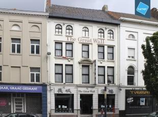 Burgerhuis te koop in Kortrijk, met oorsprong uit de 17e eeuw, momenteel ingericht als horeca-zaak. <br /> <br /> Het handelspand is gedeeltelijk op t