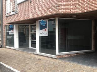 Handelspand te koop van ca. 110m² met ruime garage in de Rumbeeksesteenweg te Roeselare-Rumbeke.<br /> <br /> Indeling:<br /> - open ruimte<br />