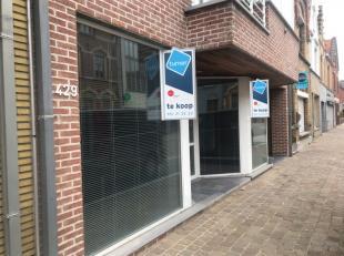 Kantoor te koop van ca. 110m² met ruime garage in de Rumbeeksesteenweg te Roeselare-Rumbeke.<br /> <br /> Indeling:<br /> - open ruimte<br /> - 3