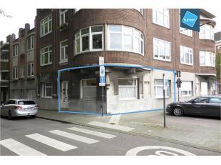 Dit authentiek kantoor ligt op een boogscheut van het centrum van Gent. <br /> <br /> Het geniet van een goede bereikbaarheid en dit zowel met het ope