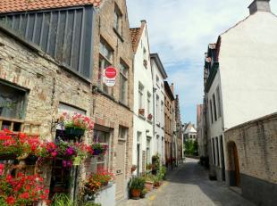 Gezellige rijwoning met 3 slaapkamers en terras nabij de Speelmansrei. Dit pand is gelegen in hartje Brugge op een boogscheut van de markt, winkels, s