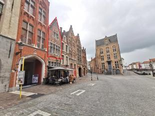 Recent opgefrist appartement te huur op het Jan van Eyckplein te Brugge. Het appartement in dit historisch, charmevol pandgeniet 2 slaapkamers en een