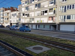 Ruime garagebox gelegen in de Troonstraat, op de achterzijde van de zeedijk Mariakerke-bad.<br /> <br /> De garage is gelegen in de kelderverdieping e