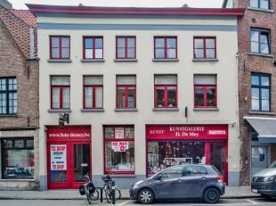 Op een grondoppervlakte van 320m² vinden we dit ruim appartement met 2 slaapkamers en zonnig terras van 37,5m². Het gelijkvloers en een deel