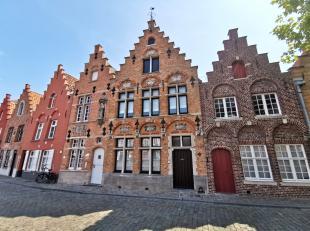 Uitzonderlijk herenhuis te huur met 2 slaapkamers, lichtrijke keuken en prachtige tuin te huur in centrum Brugge. De tuin is een zeldzame parel in de