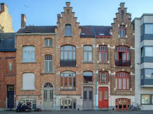 Gemeubeld huis te huur met perfecte bereikbaarheid op de invalsweg van Brugge, direct aan ondergrondse parking 't Zand en op 10 min van het station. D
