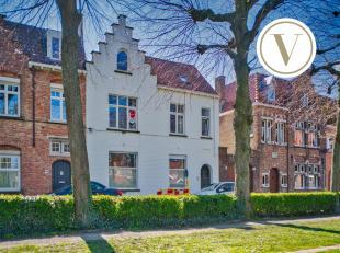 Dit herenhuis te koop in Brugge is gelegen in het gezellige Guido Gezellekwartier. Dit huis met trapgevel heeft 4 slaapkamers en een zonnige tuin met