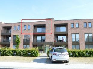 Modern appartement met 2 slaapkamers, autostaanplaats en 2 terrassen te Poperinge. Volledig geschilderd, voorzien van gordijnen en verlichting! Lift a
