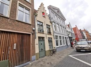 Authentieke rijwoning met 3 slaapkamers in centrum van Brugge.<br /> <br /> Indeling:<br /> Glvl.: woonkamer (33m²) met authentieke haard -<br />