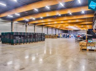 Recent bedrijfsgebouw te koop (bouwjaar 2010), ideaal als logistieke HUB. Schitterende ligging op amper 750 m van de E40, oprit Oostkamp.<br /> <br />