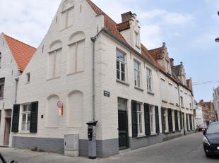 Deze gemeubelde hoekwoning is gelegen in hartje Brugge op wandelafstand van de markt. De burgerswoning beschikt over grote leefruimten met hoge plafon