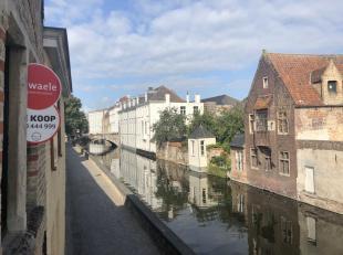 Gelegen langs de prachtige Gouden-Handrei te Brugge bevindt zich dit volledig te renoveren huis te koop. De woning heeft een bewoonbare oppervlakte va