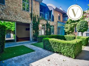 Prachtig duplex-appartement met ruime stadstuin en 3 slaapkamers, verscholen op een idyllische ligging in het centrum van Brugge. Dit moderne appartem