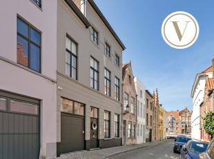 Uniek huis te koop in het centrum van Brugge met garage. Op een boogscheut van de Spinolarei en de Sint-Walburgakerk vinden we dit uitzonderlijk heren
