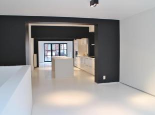 Modern gelijkvloers appartement, volledig gerenoveerd met tuintje.<br /> <br /> Dit appartement werd volledig gestript en gerenoveerd met hoogwaardige