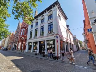 Opgefrist appartement te huur met 1 slaapkamer met zicht op de Vismarkt te Brugge. In het gebouw is een lift aanwezig.<br /> <br /> Indeling:<br /> 1e