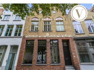 Volledig gerenoveerd huis, gelegen in het Genthof te Brugge, met aanpalend gastenverblijf. Gerenoveerd met waardevolle authentieke materialen en afgew