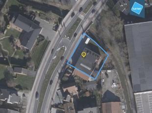 Projectgrond te koop van 990m² met medegaand handelspand van ca. 400m² met voorliggende parking.<br /> <br /> Bestaat op heden uit een werkp