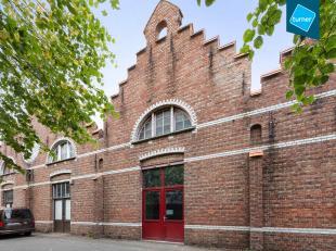 Deze loods te koop is gelegen in de oude borstelfabriek, een unieke locatie op Sint-Pieters, vlakbij Brugge centrum. Ontdek hieronder wat de vele moge