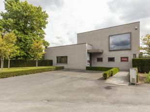 Instapklare kantoorruimte te koop in regio Waregem op een totale grondopp. van 1.500m². <br /> <br /> Deze kantoorruimte van +/- 500m² besta