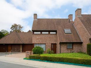 Instapklaar huis te koop op een rustige ligging in Poperinge, in een doodlopende straat. Dit huis beschikt over ruime woonplaatsen, is lichtrijk en is