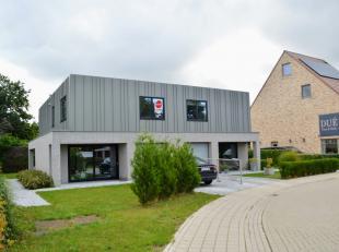 Schitterende woning met 3 slaapkamers, garage en aangelegde tuin in een rustige woonwijk te Rumbeke.<br /> <br /> De woning heeft volgende indeling:<b