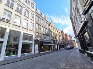 Ruim en zonnig appartement te huur op de derde verdieping met 2 slaapkamers en balkon in centrum Brugge.<br /> <br /> Indeling van het appartement te