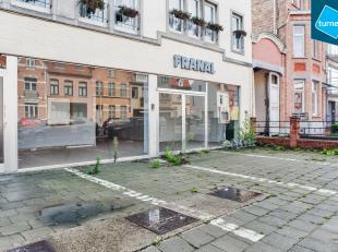 Handelspand met opslagruimte (totaal: 900m²) te huur in Sint-Andries Brugge.<br /> <br /> INDELING:<br /> - Handelspand (450m²) met 5 parkee