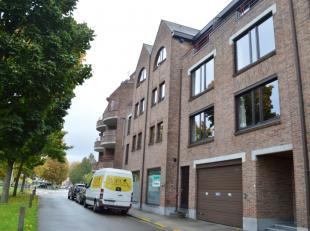 Centraal gelegen appartement met 2 slaapkamers, terras en garage te huur in Ieper. Zeer veel lichtinval. Lift aanwezig! Het appartement bestaat uit:<b