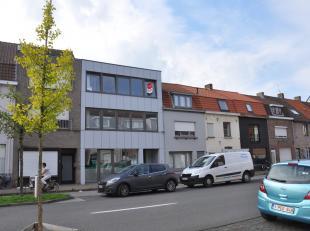 Hedendaags mooi afgewerkt appartement met twee slaapkamers en terras vlakbij het centrum van Brugge en de Expresweg. In de onmiddellijke omgeving vind