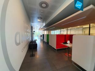 Gebruiksklare gemeubelde kantoorruimte te huur (43m²) met luxueuze afwerking in Businesscenter Work Around in Sint-Andries Brugge.<br /> <br /> S