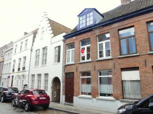 Centraal gelegen rijhuis te huur in hartje Brugge. Het huis te huur biedt u een lichtrijke leefkeuken, 2 slaapkamers en een zonnige stadstuin.<br /> <