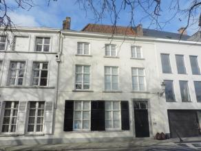 Ruime burgerwoning met veel charme langs de Langerei. Deze woning heeft een inkom met vestiaire, ruime leefruimte opgedeeld in een zitruimte met open