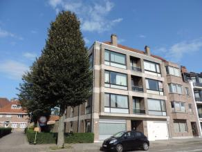 Instapklaar appartement op 2e verdieping met inkomhal met toilet, living (33m²) met parket en sierhaard, recente ingerichte keuken met aansluiten