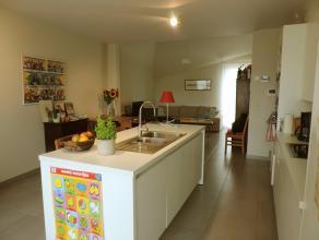 Dit gezellig appartement straalt echte klasse uit en beschikt over een lichtrijke leefruimte met een open ingerichte keuken, 3 slaapkamers , badkamer