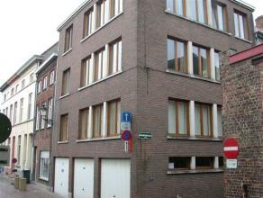 Appartement in centrum Brugge op 1ste verdiep met living, keuken, 2 slaapkamers, badkamer met douche en GARAGE met mogelijkheid voor wasmachine te pla