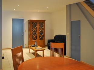 Deze gezellige woning is terug te vinden op een rustige locatie en omvat: vernieuwde leefkeuken, ruime aangename leefruimte met gaskachel, vernieuwde