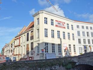 Een nieuwbouwappartement op een toplocatie in hartje Brugge. Dit ruime app. van 106 m² + 23 m² terras bestaat uit een inkom, toilet, living,