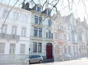 Deze ruime statige herenwoning is gelegen nabij de Ezelpoort in het centrum van Brugge. De ligging op de rand van het centrum vlakbij winkels, scholen