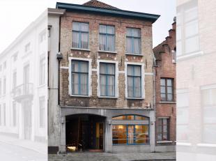 Deze statige burgerwoning (die dateert van de 17e eeuw), is gelegen in een brede centrumstraat in hartje Brugge. Dit multifunctionele handelseigendom