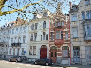 Deze statige burgerwoning is gelegen nabij de Ezelpoort in het centrum van Brugge. De ligging op de rand van het centrum vlakbij winkels, scholen, ope